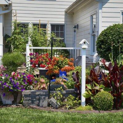 Gartendekoration passt gut zu ordentlich angelegten Blumenbeeten