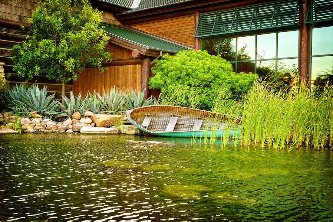 Platzieren Sie den Schwimmteich am besten in der Nähe Ihres Hauses.