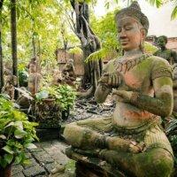 Buddha-Statuen in asiatischem Garten