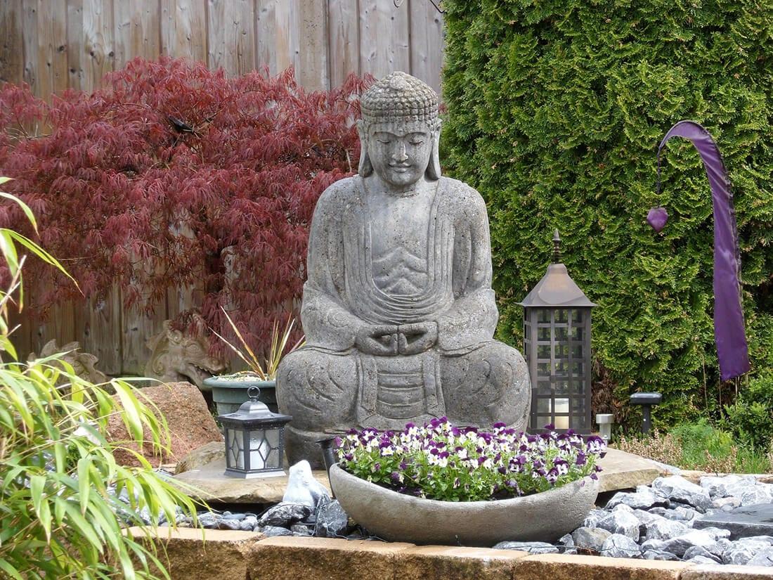 Buddha-Statue mit Blumenkübel