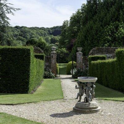 Kunstvolle Sonnenuhr in englischem Garten © Gartentraum.de