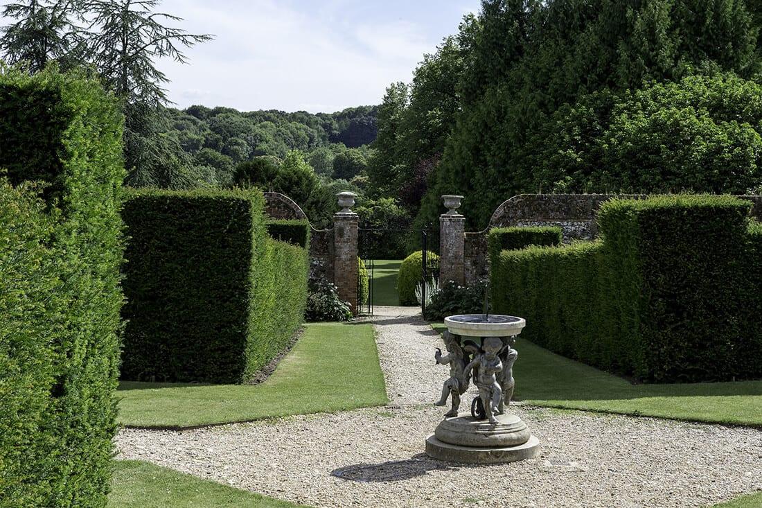 Kunstvolle Sonnenuhr in englischem Garten