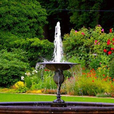 Gartenbrunnen werten einen Garten auf und setzen optische Hingucker