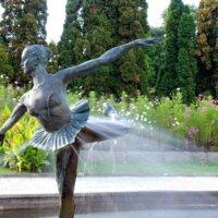Ballerinastatue in einem Springbrunnen