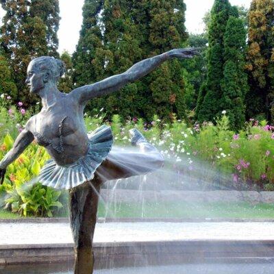 Brunnen mit Skulptur aus Bronze