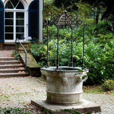 Romantischer Gartenbrunnen