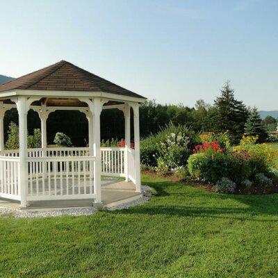 Ein Pavillon lädt zum sitzen ein