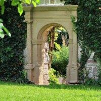 Antikes Tor zwischen Efeu