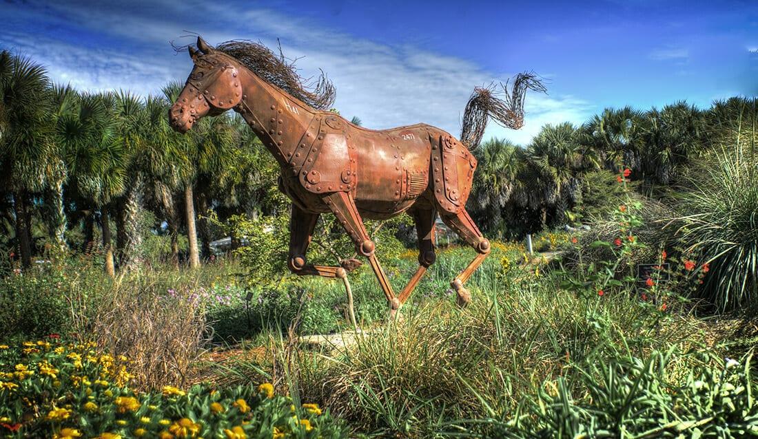 Pferdeskulptur in rostigem Design