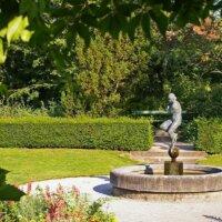 Immergrüne Hecken werden oft als Abschluss des Gartens verwendet