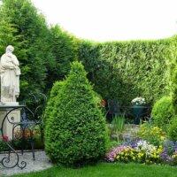 Kunstobjekte in einem gemütlichen Garten