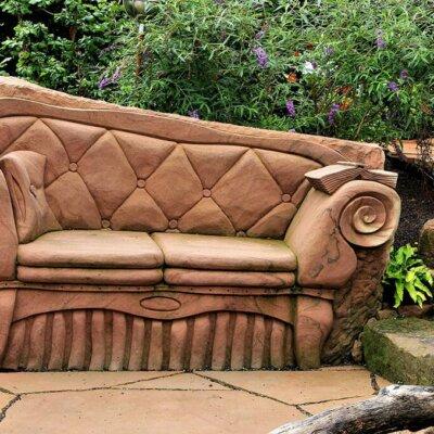 Sofa als Kunstobjekt aus Stein