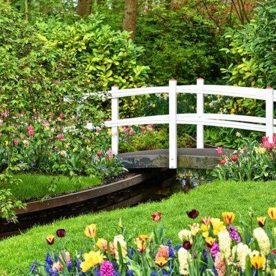 Ein Wasserlauf kann mit einer romantischen Brücke kombiniert werden