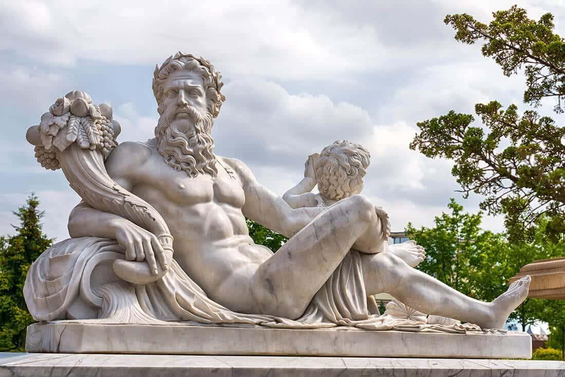 Klassische Skulptur eines griechischen Gottes
