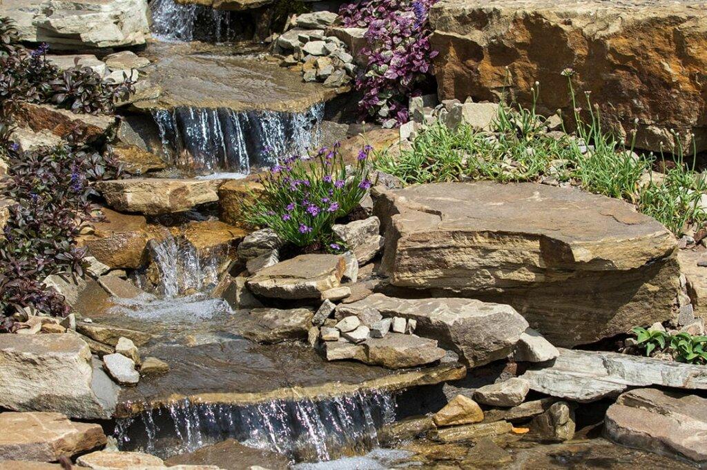 Bachlauf kombiniert mit bunten Blumen und Pflanzen