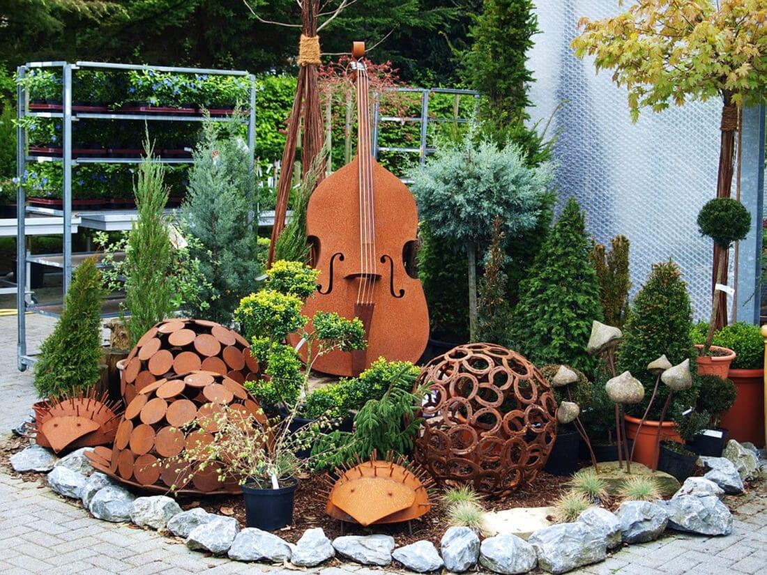 Rostige Instrumente im Vorgarten
