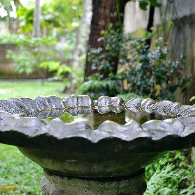 Vogeltränke aus wellenförmigem Naturstein