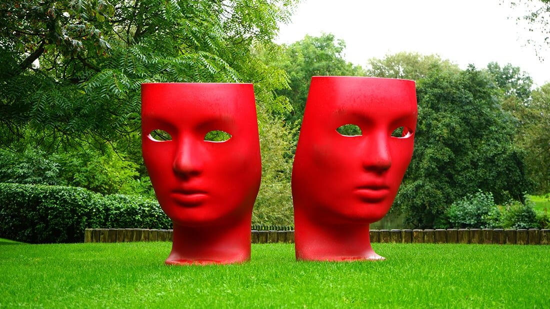Moderne Skulpturen in auffallendem Rot
