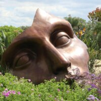Bronze-Skulptur im Blumenbeet