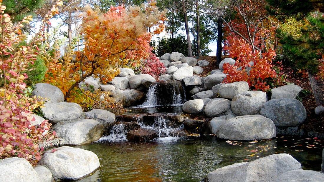 Asiatisch angehauchter Bachlauf im Herbst