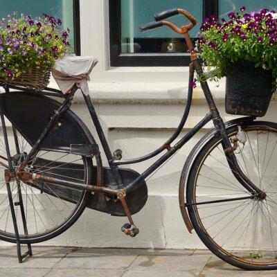 Rostiges Fahrrad als Dekoration