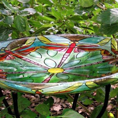 Vogelbad aus buntem Glas