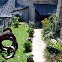 Moderne Bronze-Skulptur im Garten einer Burg