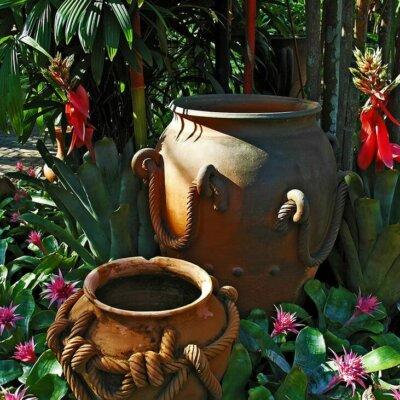 Pflanzgefäße als Deko im Blumenbeet