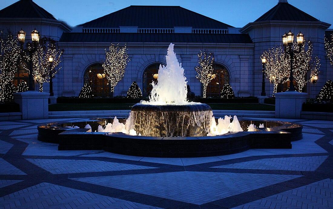 Beleuchtete Brunnen wirken bei Nacht besonders gut