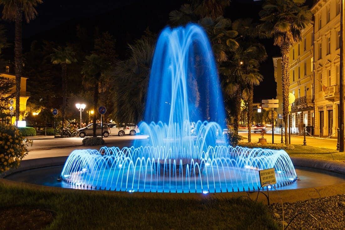 Farbig beleuchtete Brunnen wirken spektakulär