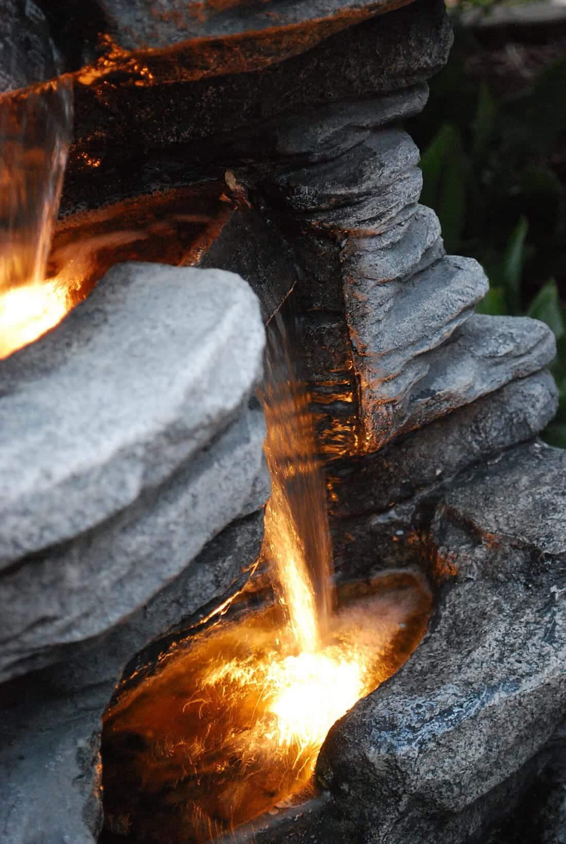 Steinbrunnen mit Beleuchtung