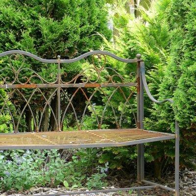 Rostige Gartenbank im Garten