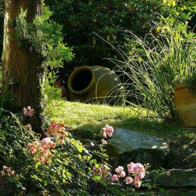 Pflanzkübel als Dekoelement im Garten