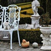 Verschiedene Skulpturen im Garten