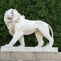 Löwenfigur als klassische Gartenskulptur