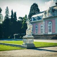 Antike Figur in großem Schlossgarten