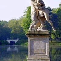 Antike Statue neben großem Teich