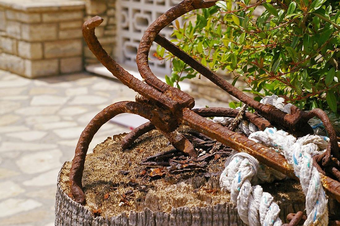 Rostiger Anker im Garten