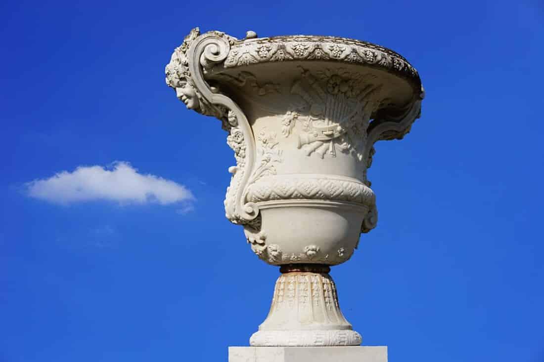 Antik wirkender Pflanzkübel