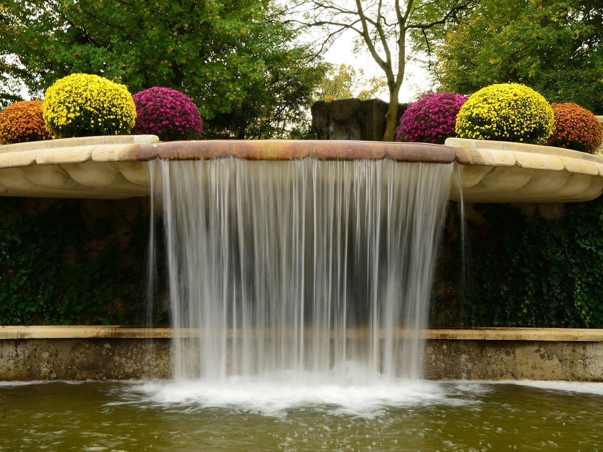 Wasserfall im Garten als Brunnen   Tipps zum Selberbauen & Anleitung