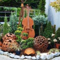 Instrumente aus Rost dekorativ im Vorgarten