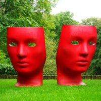 Moderne Kunst dekoriert einen weitläufigen Rasen