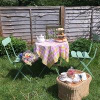 Dekorative Sitzecke im kleinen Garten