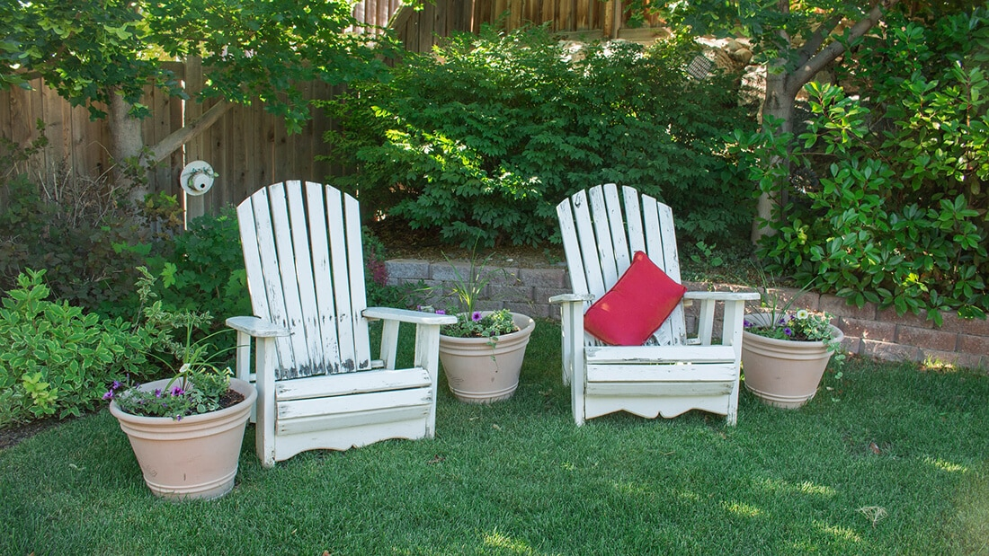 Gartenstühle aus Holz als Deko