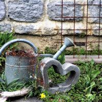 Gartendeko aus Metall und Stein kombiniert
