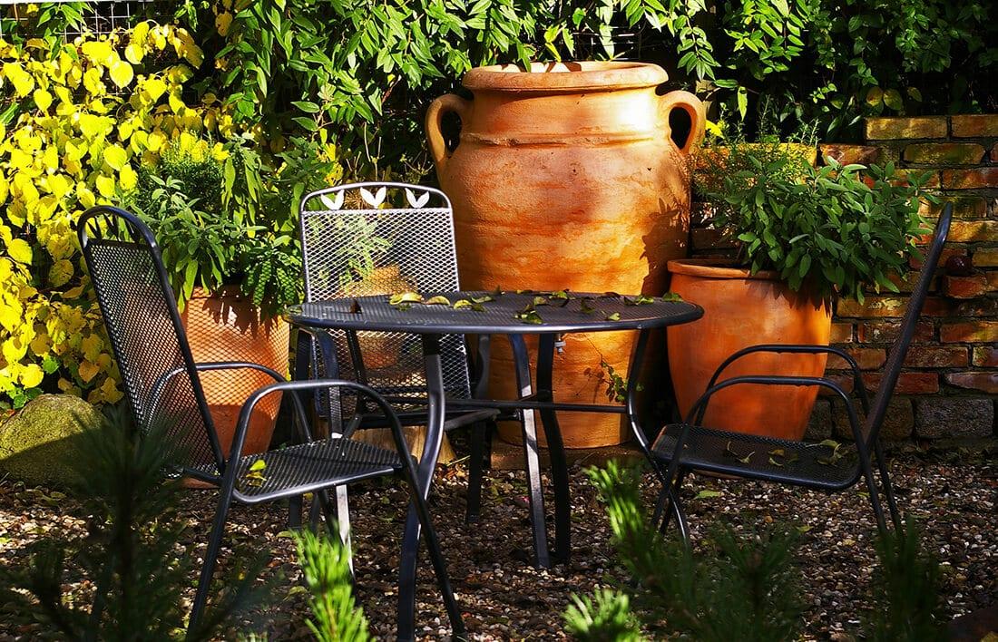 Große Pflanzkübel in kleinem Garten