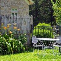 Dezente Deko mit Gartenmöbeln aus Metall