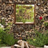 Feuerschale vor Holzwand