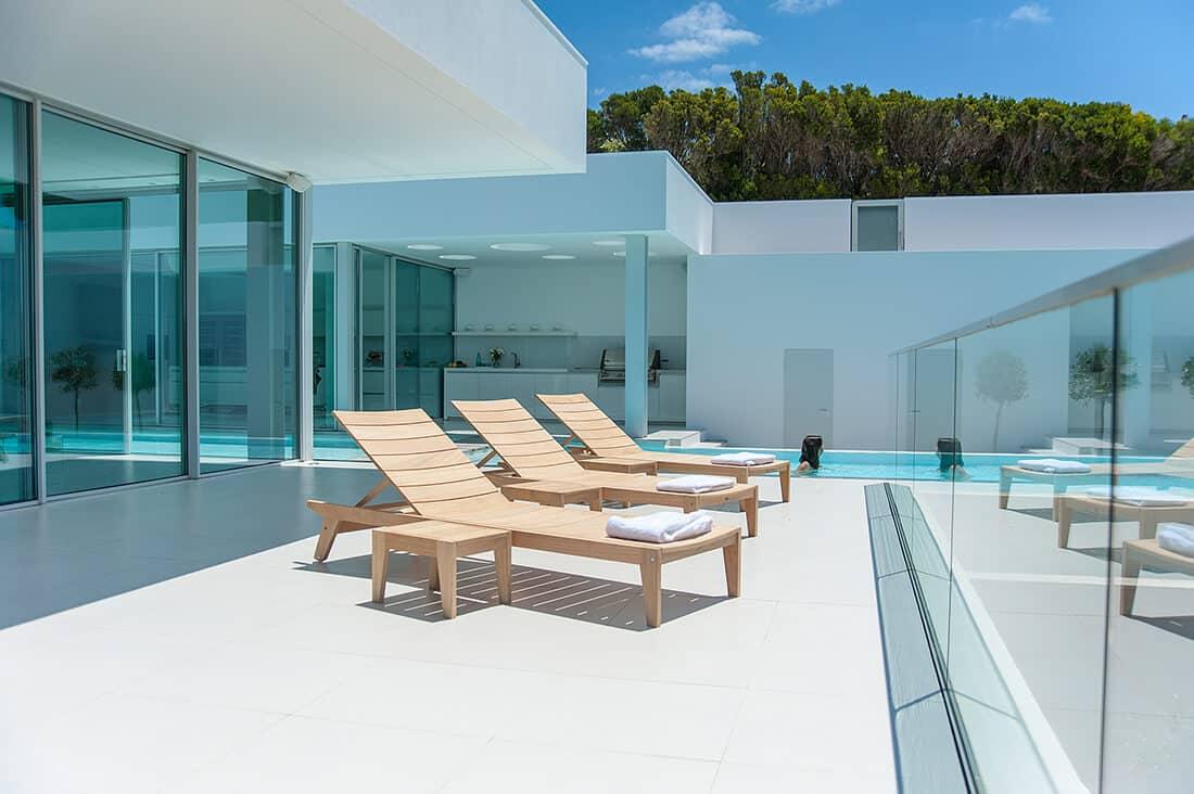 Schlichtes Design schafft Eleganz am Pool.