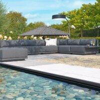 Die Gestaltung eines Schwimmteichs kann auch modern und schlicht sein.
